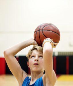 Enfant jouant au basket